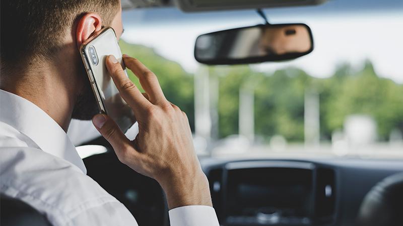 La DGT quiere penalizar el doble a quienes usen el móvil al volante