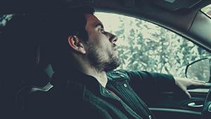 Hombre en vehículo
