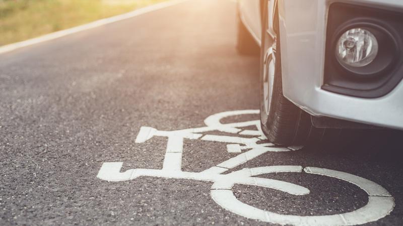 coche-sobre-carril-de-bicicleta