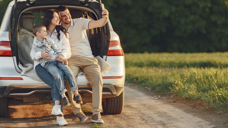 familia-haciendose-foto-en-coche-estacion-primavera