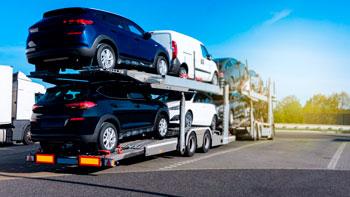 grua-de-asistencia-en-carretera-transportando-vehiculos