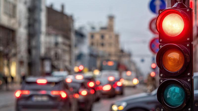 semaforo-en-rojo-en-ciudad-con-trafico
