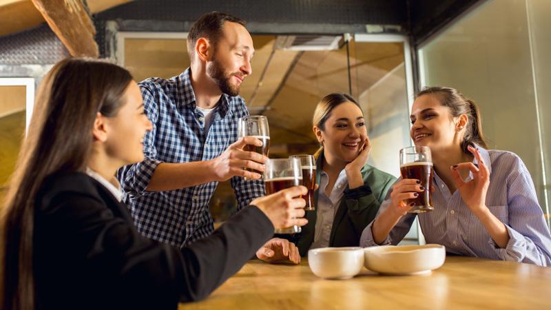 equipo-de-trabajo-en-vacaciones-tomandose-una-cerveza