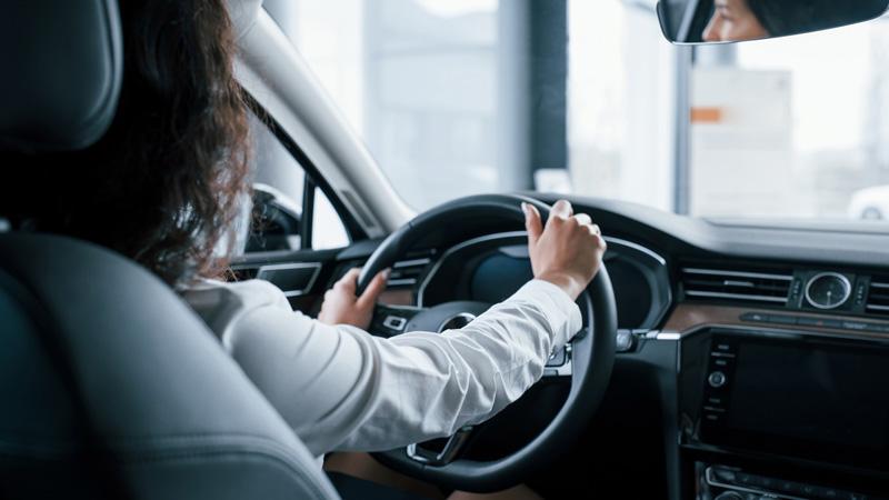 mujer-conduciendo-al-volante