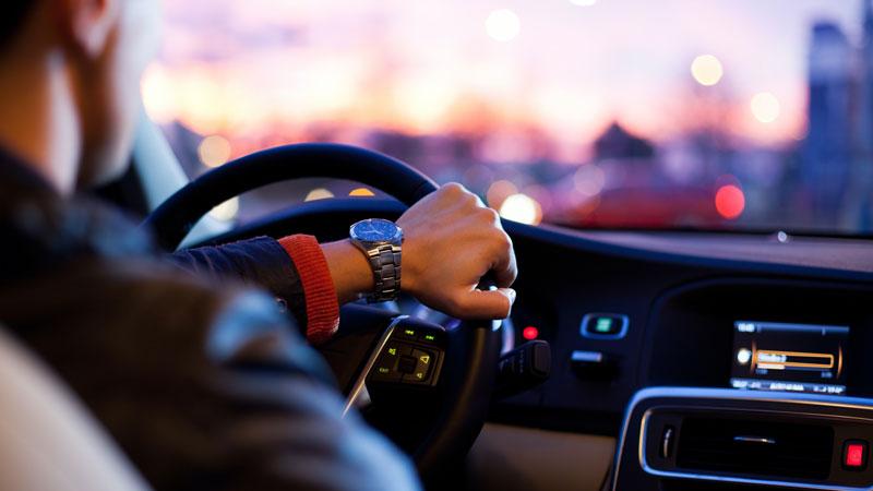 hombre-conduciendo-al-atardecer
