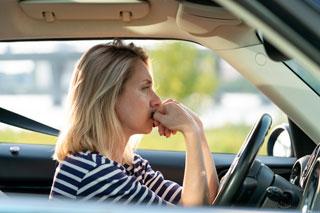 mujer-conduciendo-con-estres